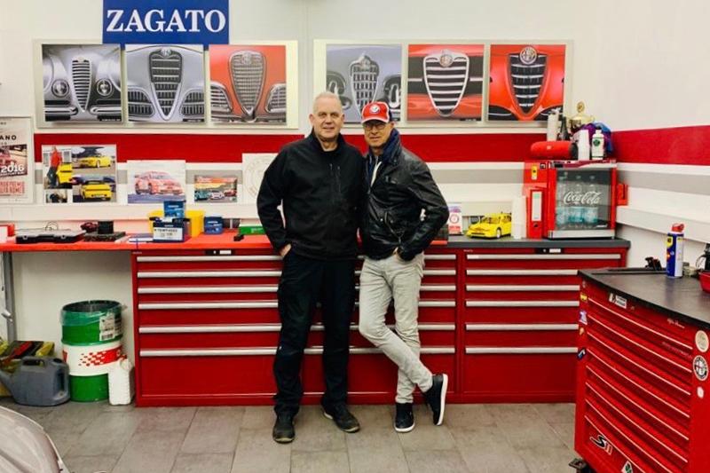 """Filmemacher und Fotograf Julian Benedikt beim Alfadoktor in der Werkstatt: Ölwechsel und Software-Update für """"Blue&Me"""" beim Alfa Romeo Typ 159"""