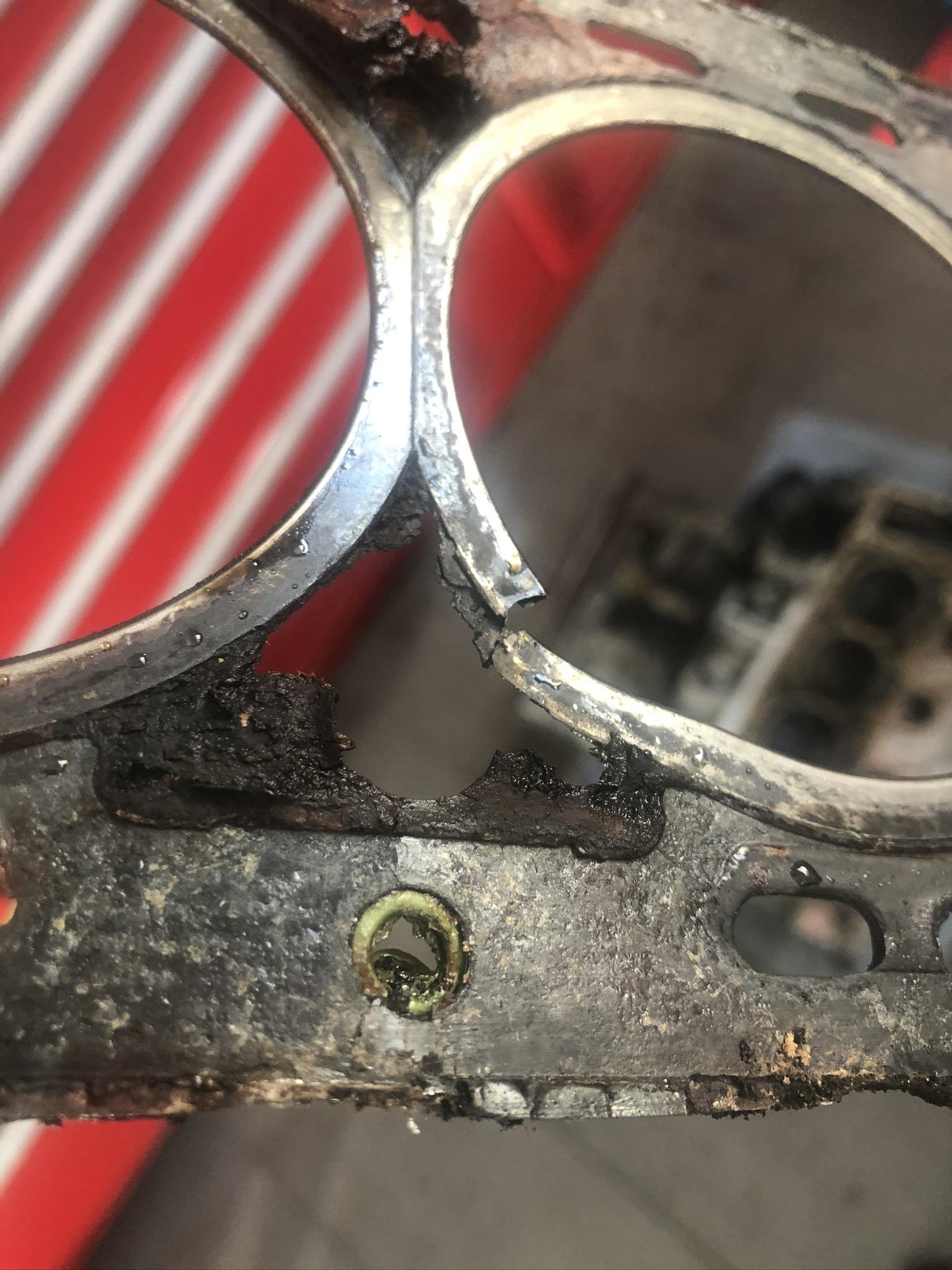 Defekte Zylinderkopfdichtung an einem Alfa Romeo Spider 2.0